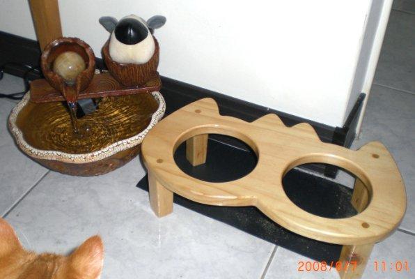 飲水器與餐桌