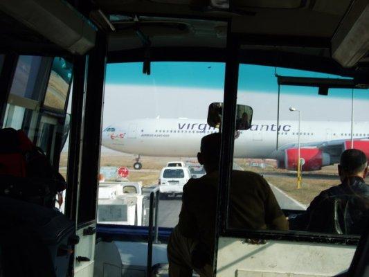 我們正等待飛機通過...正中間是拿著槍的武警