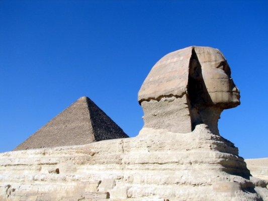 然后就排队进入金字塔的地下室